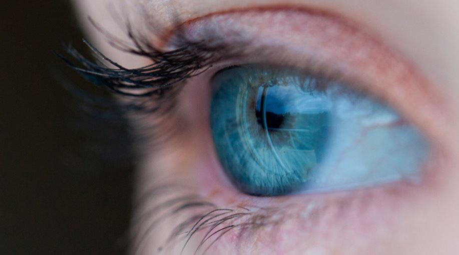 ¿Qué hacer si se te queda una lentilla dentro del ojo?