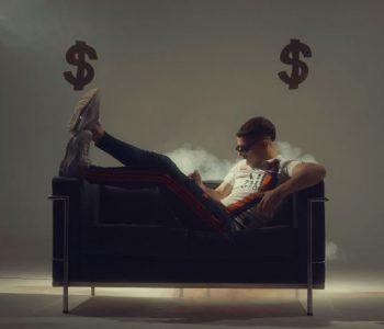 atrás del dinero de mesita